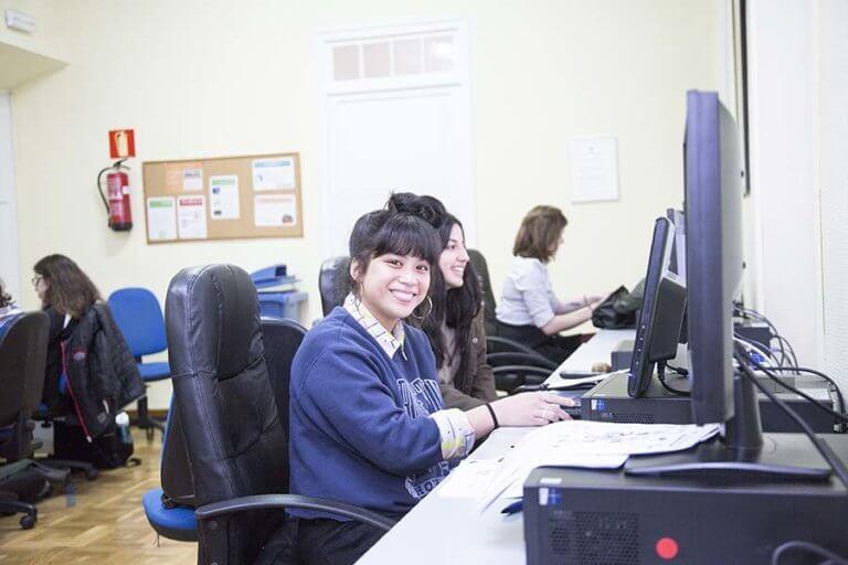 Alumnas Estudiando En La Sala De Multimedia